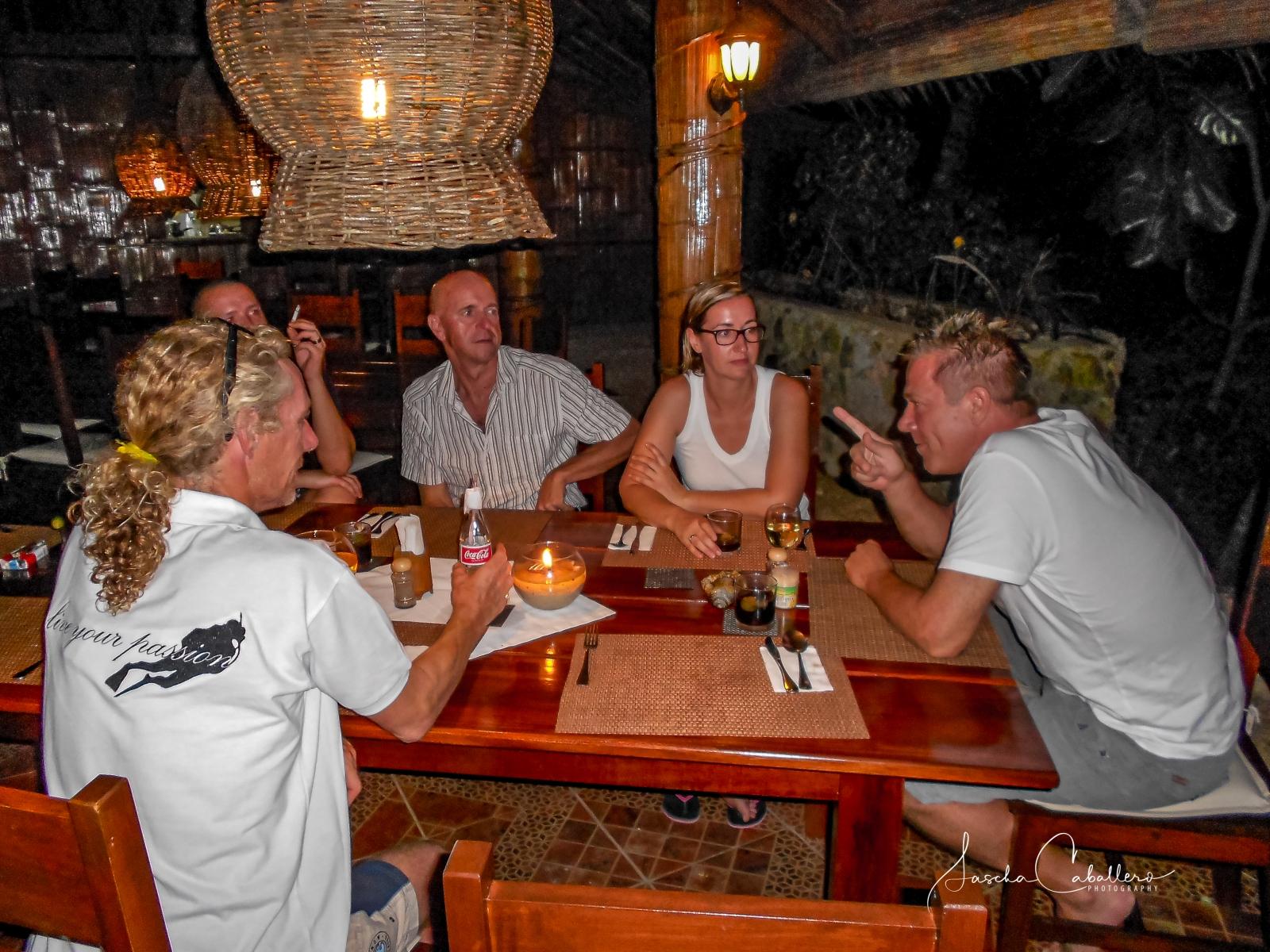 Abendgespräche im Restaurant